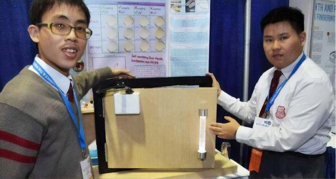 Hai sinh viên Hong Kong phát minh ra tay nắm cửa tự diệt khuẩn, team sợ bẩn thích điều này