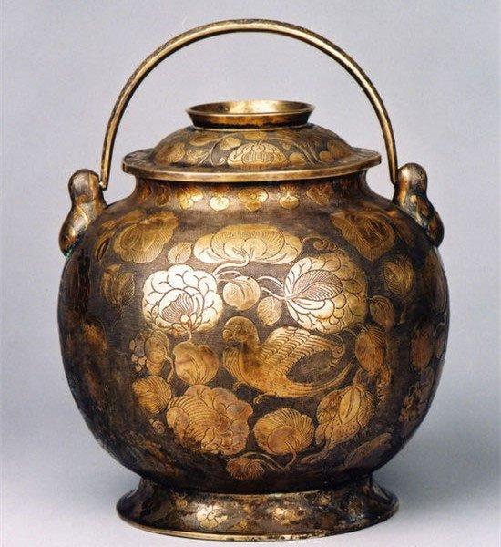 Hầm rượu cổ chứa hàng ngàn cổ vật ẩn giấu chiếc cốc tàn phế lại là báu vật trời ban