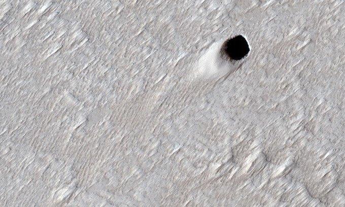 Hang động dung nham bí ẩn rộng 50m trên sao Hỏa