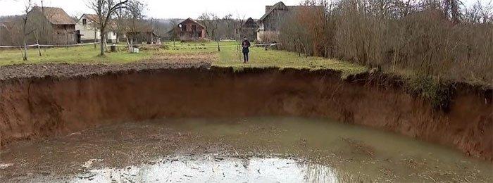 Hàng trăm hố sụt kì lạ xuất hiện sau một trận động đất