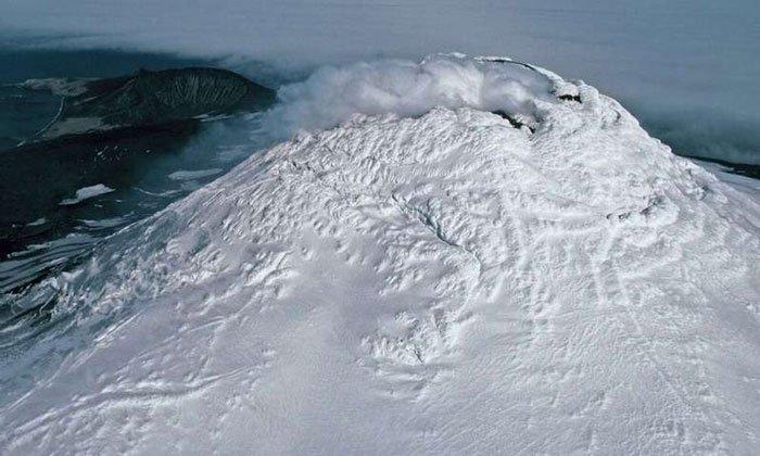 Hồ dung nham dạng hiếm nóng 1.000 độ C trên miệng núi lửa