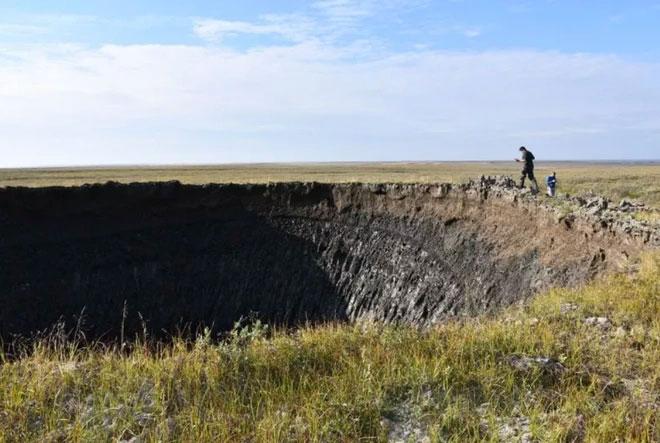 Hố hình phễu khổng lồ và mối hiểm họa địa chất khó lường
