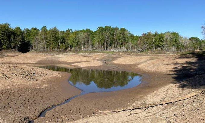 Hồ nước dài 1,5km gần cạn nước do hố tử thần