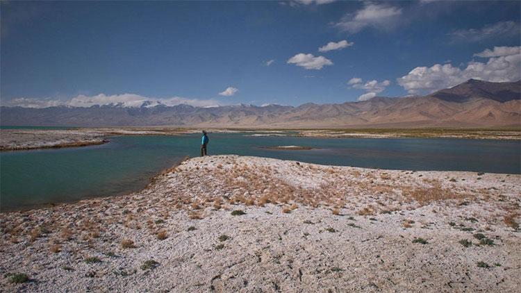 Hồ nước mặn nhất thế giới khiến tàu thuyền không thể qua lại