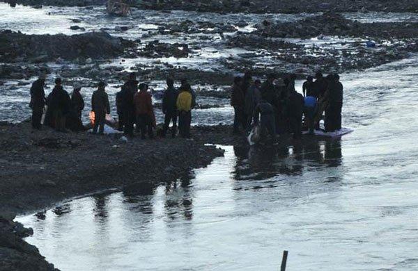 Hồ thiêng ở TQ: 800.000 tấn tôm cá nhưng không một ai dám đánh bắt