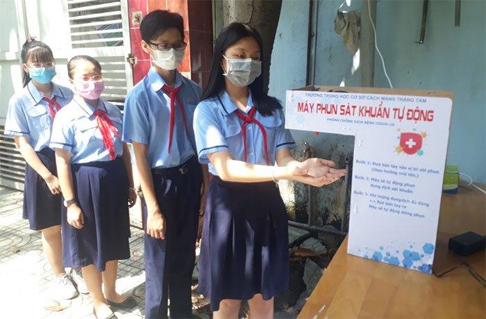 Học sinh lớp 9 sáng chế máy phun sát khuẩn tự động, giá 350 ngàn đồng