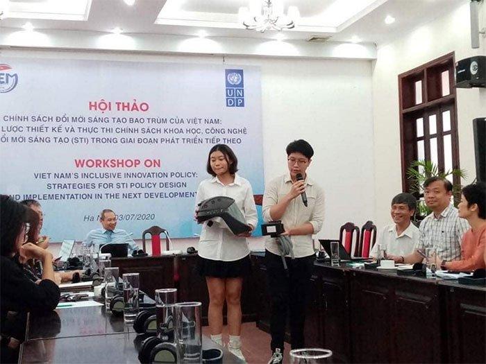 Học sinh Việt làm mũ cách ly di động sáng tạo