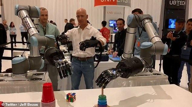 Jeff Bezos khoe cánh tay robot đủ tinh tế để chơi rubik