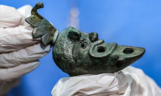 Khai quật được đèn dầu 2.000 năm tuổi giống nửa khuôn mặt méo mó