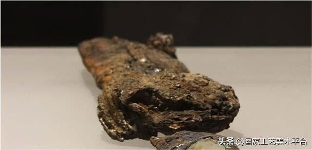 Khai quật lăng mộ phát hiện chuôi kiếm vàng ròng nặng 6kg nhưng đống sắt vụn bên cạnh mới đáng giá