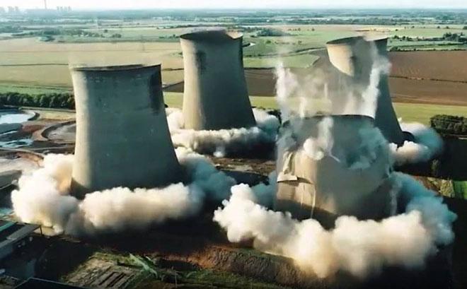 Khoảnh khắc 4 tháp làm mát ở Anh sập thành tro bụi trong nháy mắt