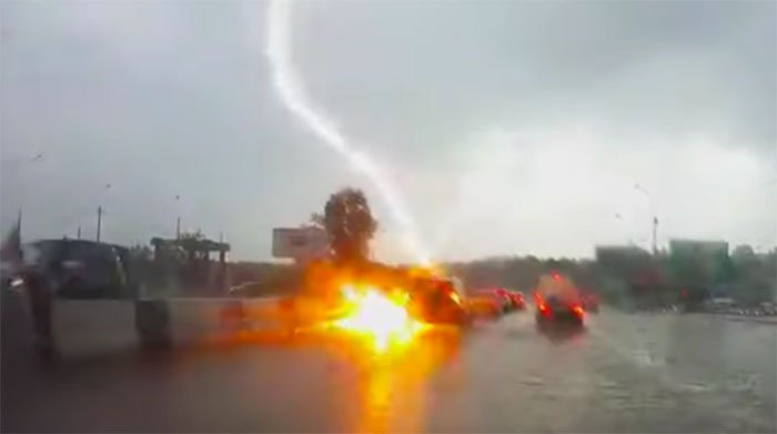 Khoảnh khắc hai tia sét đánh trúng ô tô trên đường, tài xế may mắn thoát chết