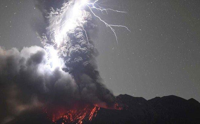 Khoảnh khắc sét đánh trúng ngọn núi lửa đang phun trào ở Nhật Bản