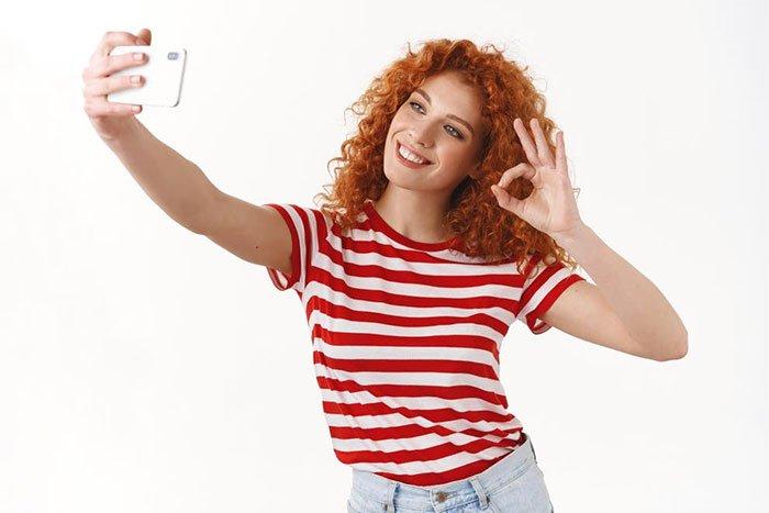 Khoe niềm vui trên mạng xã hội, một sự tích cực độc hại?