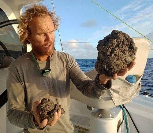 Khối đá rộng 150km2 trôi nổi trên mặt biển Thái Bình Dương