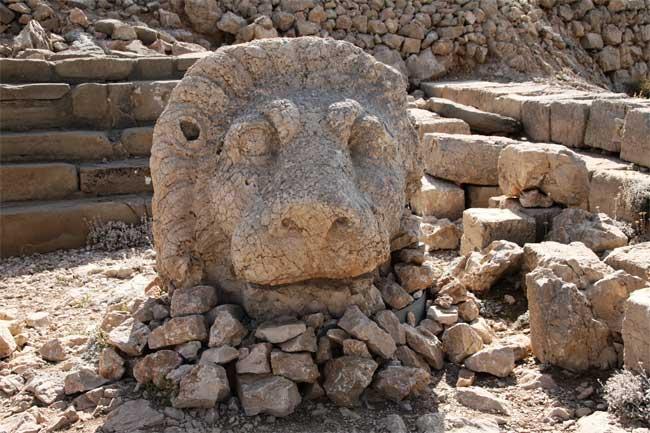 Khu mộ cổ kỳ lạ với những tượng đá cao gần 10m ở Thổ Nhĩ Kỳ