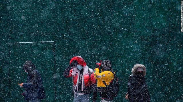 Khủng hoảng bão tuyết: Người dân Texas khốn đốn chống chọi với lạnh giá