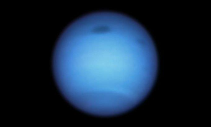 Kính viễn vọng Hubble ghi lại được cơn bão đen rộng 7.400km trên sao Hải Vương