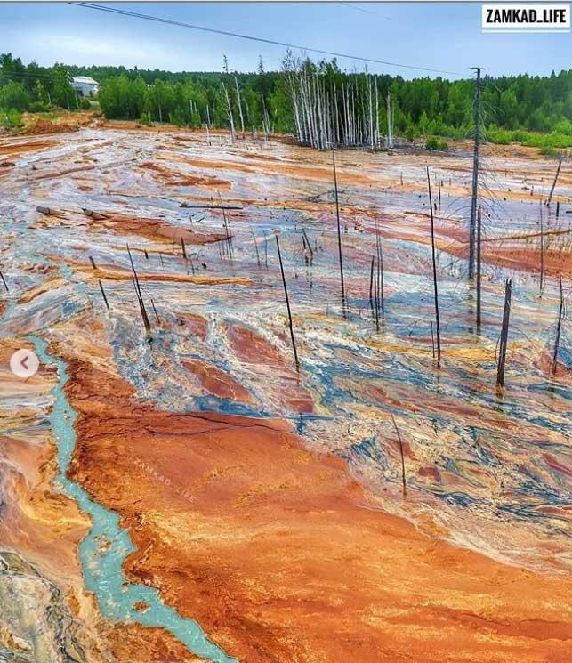 Kỳ bí dòng nước lũ màu da cam chảy cuồn cuộn ở Nga