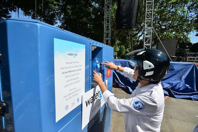 Kỳ diệu chiếc máy biến không khí... thành nước trên phố Hà Nội