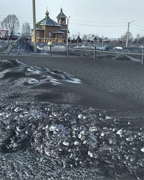 Kỳ lạ tuyết đen đặc như than phủ kín một vùng Siberia