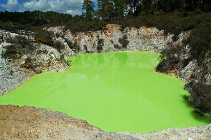 Kỳ lạ vùng nước xanh lá cây được mệnh danh là phòng tắm của quỷ