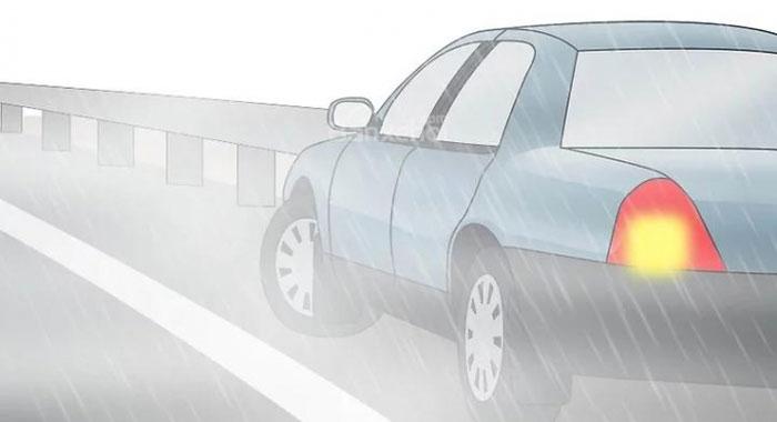 Lái ô tô dưới trời mưa liệu có bị sét đánh chết?