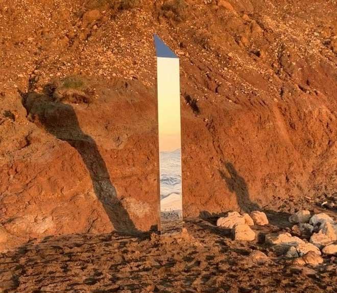 Lại thêm một khối kim loại bí ẩn xuất hiện trên bờ biển Anh
