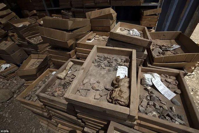 Làm đường, đào trúng thành phố ma đầy mộ cổ và vũ khí
