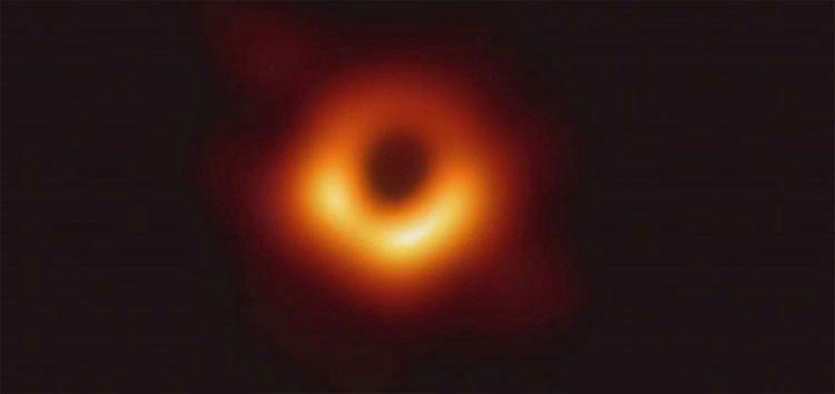 Lần đầu chụp được ảnh hố đen to hơn Trái đất ba triệu lần