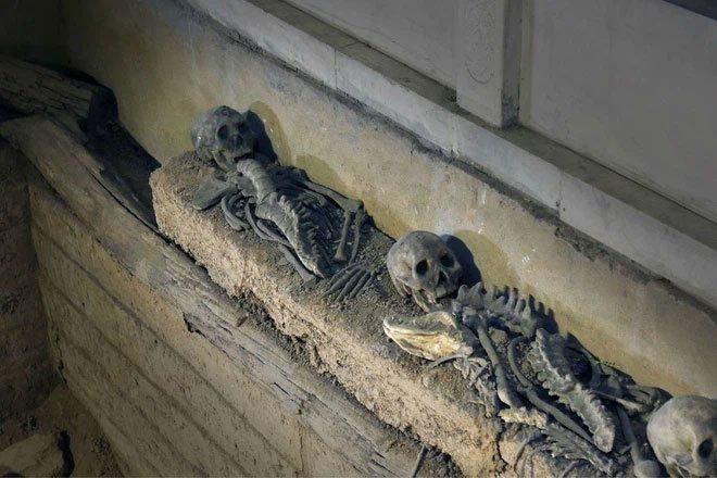 Lăng mộ chôn 4 bộ hài cốt trẻ em dưới 4 góc tiết lộ hủ tục mai táng tàn ác, bất nhân