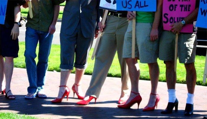 Liệu phụ nữ đi giày cao gót có thể đánh đấm như trong phim hay không?