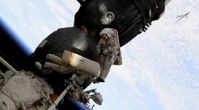 Lỗ thủng bí ẩn trên tàu vũ trụ Nga bị khoan từ bên trong