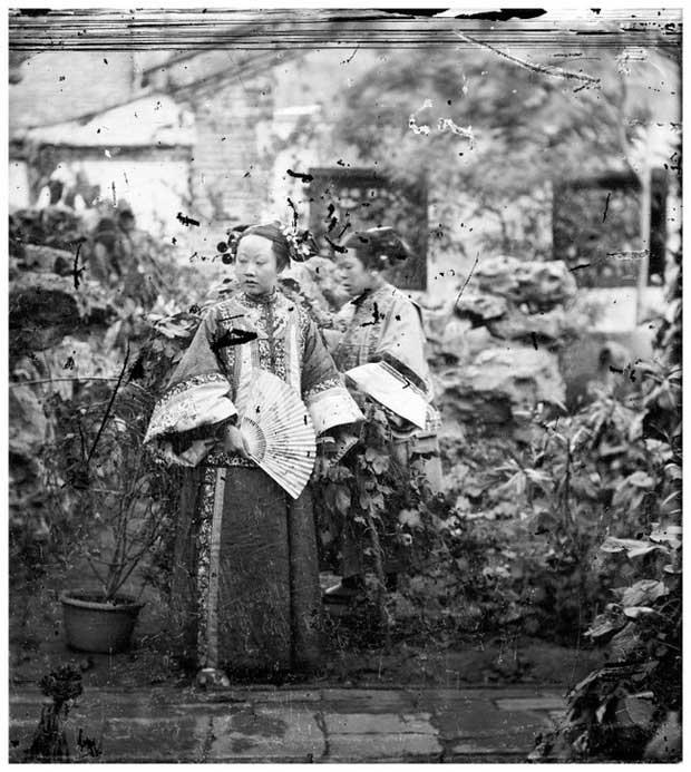 Loạt ảnh cuộc sống quyền quý của phụ nữ thời nhà Thanh: Người xúng xính quần áo đi chụp hình, kẻ họp mặt tán gẫu cùng hội chị em