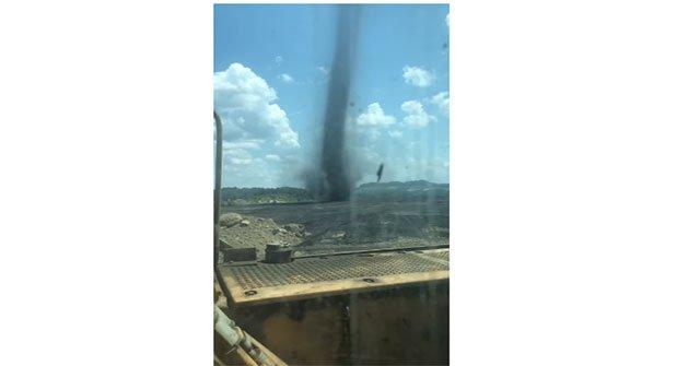 Lốc xoáy bình thường xưa rồi, đoạn video lốc xoáy... than này sẽ khiến bạn phải sững sờ