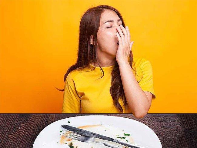 Lý do bạn cảm thấy buồn ngủ sau khi ăn trưa