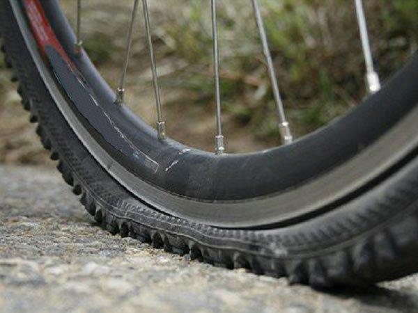 Lý do không nên bơm lốp xe đạp thật căng vào mùa hè