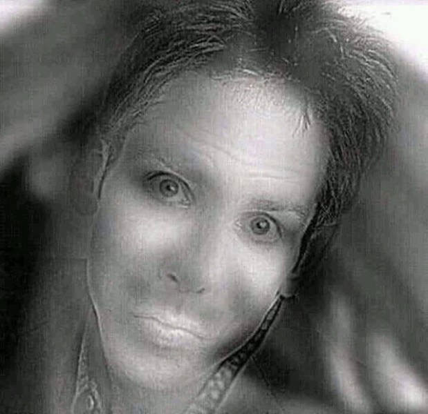 Lý giải bức ảnh kinh dị khiến cư dân mạng hoảng sợ: cô gái trong ảnh chỉ cười khi bạn nheo mắt lại