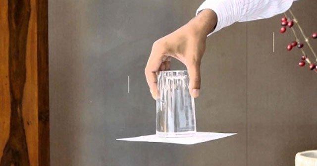 Màn 'úp ngược cốc nước không đổ' khiến trẻ tò mò