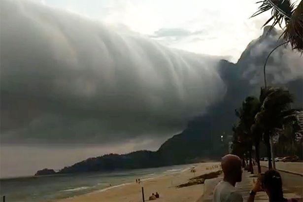 Mây cuộn dài 1.000km vắt ngang trời