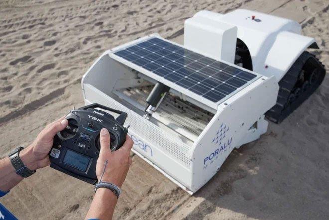Máy hút bụi thông minh khổng lồ chạy bằng năng lượng mặt trời, có thể sàng lọc cát và dọn rác bãi biển