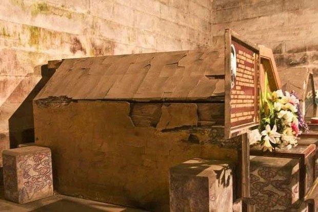 Mở ra ngôi mộ hoàng đế đã bị đánh cắp, bất ngờ phát hiện thứ ông vẫn nắm chặt trong tay