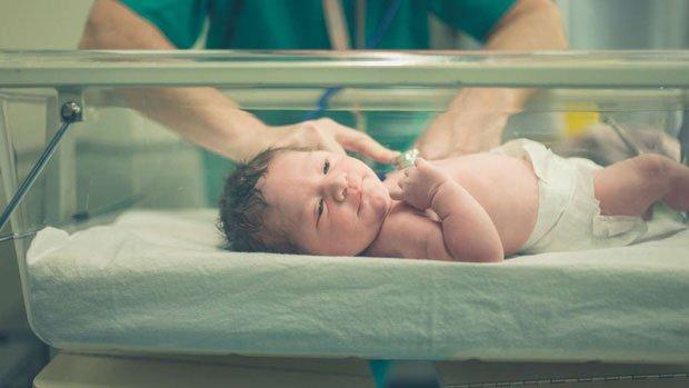 Một em bé sinh ra trên vũ trụ trông sẽ như thế nào?