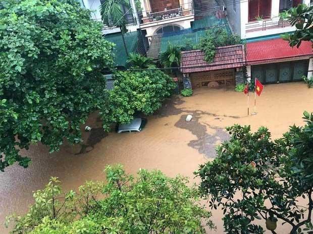 Mưa lớn kéo dài tại Hà Giang, đường phố biến thành sông, ô tô chìm nghỉm trong biển nước