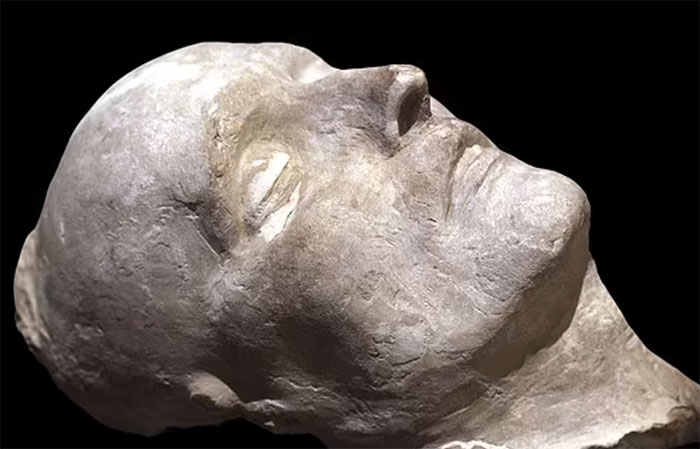Napoléon chết vì nỗi ám ảnh với nước hoa, dùng 50 chai mỗi tháng?
