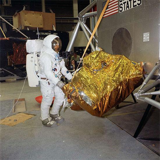 NASA đã phát sóng trực tiếp sự kiện Neil Armstrong đặt chân lên Mặt Trăng như thế nào?