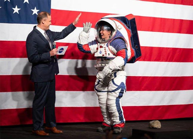 NASA kỳ công thiết kế bộ đồ phi hành gia mới, gồm 16 lớp, mất 4 tiếng để mặc