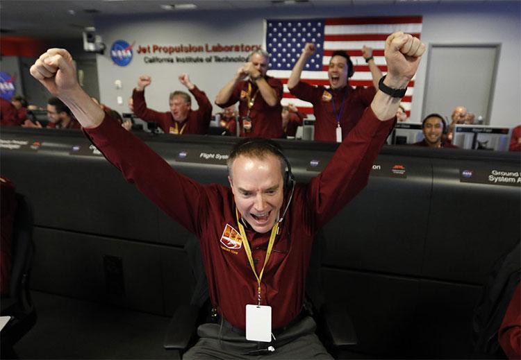 NASA vỡ òa trong giây phút tàu thăm dò InSight đáp xuống sao Hỏa thành công