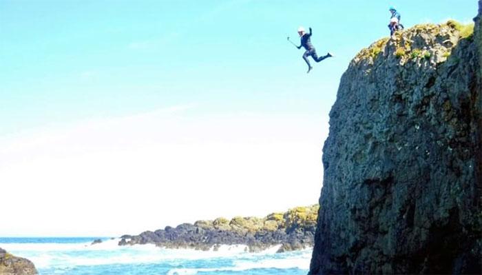 Nếu cả thế giới cùng nhảy xuống biển thì nước biển sẽ dâng lên bao nhiêu cm?