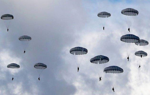 Nga chế tạo loại dù vô hình có thể nhảy ở độ cao 10km